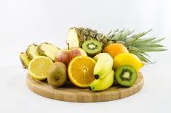 Porte des fruits la composition sur le conseil en bois avec les fruits coupés Images libres de droits
