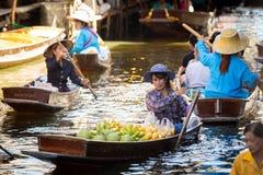 Porte des fruits le négociant sur le marché de flottement Photo libre de droits