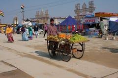 Porte des fruits le vendeur sur la rue Photo stock