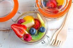 Porte des fruits les casse-croûte sur des pots Photo stock