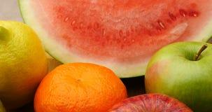 Porte des fruits les cultures naturelles d'agriculture de nourriture fraîche banque de vidéos