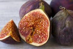 Porte des fruits les figues sur le fond blanc photos libres de droits