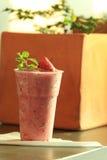 Porte des fruits les smoothies Photos libres de droits