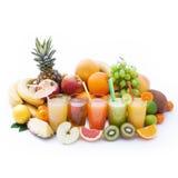 Porte des fruits les smoothies, macro de vue supérieure de boissons fraîches d'été Photo stock