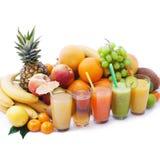 Porte des fruits les smoothies, macro de vue supérieure de boissons fraîches d'été Images libres de droits