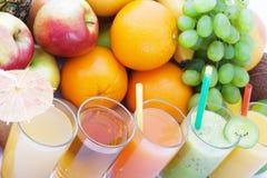 Porte des fruits les smoothies, macro de vue supérieure de boissons fraîches d'été Image libre de droits