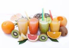 Porte des fruits les smoothies, macro de vue supérieure de boissons fraîches d'été Photographie stock