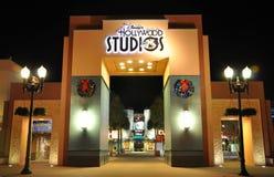 Porte des studios de Disney Hollywood la nuit images libres de droits
