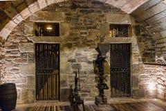 Porte di entrata alle camere in cui i vini di Rioja sono evitati la riserva speciale delle cantine, con due vecchia vinificazione fotografie stock
