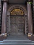 Porte di entrata di legno dell'annata alla costruzione della città Immagini Stock
