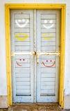 Porte di legno con i fronti sorridente fotografia stock