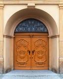 Porte di legno con la casa con mattoni a vista decorata fotografia stock libera da diritti