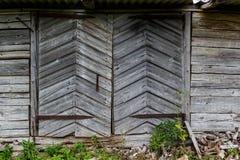Porte di vecchio granaio di legno abbandonato nella campagna della Lettonia Fotografie Stock Libere da Diritti