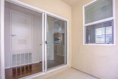 Porte di vetro di scivolamento su un patio in una casa urbana fotografia stock libera da diritti