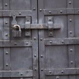Porte durable antique en métal avec une serrure photographie stock libre de droits