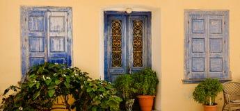 Porte e finestre blu ornamentali, Samos, Grecia Immagine Stock