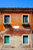 2 porte e una costruzione antica di 2 finestre Immagine Stock Libera da Diritti
