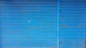 Porte en acier de vieux roulement bleu photographie stock libre de droits
