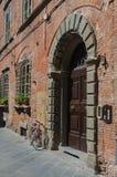 Porte en bois à Lucques (Italie) Photo libre de droits