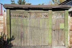 Porte en bois antique avec des découpages, peints avec la peinture verte photographie stock