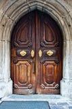 Porte en bois antique avec la poignée et les décorations Photographie stock libre de droits