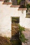 Porte en bois antique avec le trellis dans le mur en pierre blanc Photographie stock