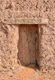 Porte en bois antique de maison de brique de boue au Soudan photographie stock libre de droits