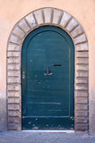 Porte en bois antique du bâtiment historique Photos stock