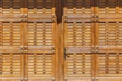 Porte en bois avec de grands rivets Image libre de droits