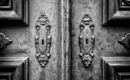 Porte en bois avec des heurtoirs en métal images stock