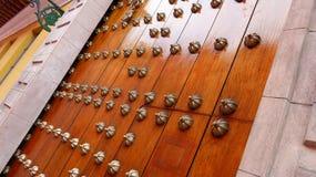 Porte en bois avec des transitoires en métal image stock