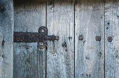 porte en bois avec la charnière rouillée de fer Images libres de droits