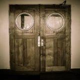 Porte en bois avec la couleur noire et blanche sur le bateau images libres de droits