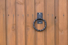 Porte en bois avec la poignée et le trou de la serrure Image libre de droits
