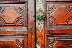 Porte en bois avec la serrure et le heurtoir photo libre de droits
