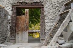 Porte en bois avec le sabot floral antique Technique de découpage en bois, P Photographie stock libre de droits