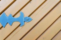 Porte en bois avec les éléments forgés en gros plan Images stock