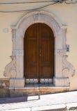 Porte en bois. Biccari. La Puglia. L'Italie. photo stock