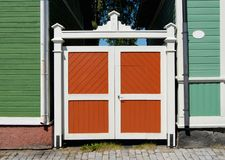 Porte en bois colorée images libres de droits