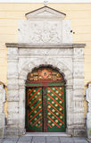 Porte en bois colorée antique avec la décoration Photo stock
