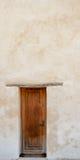 Porte en bois contre le mur de plâtre lavé par blanc photos libres de droits