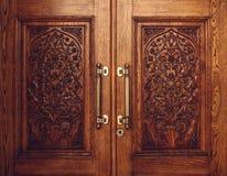 Porte en bois découpée avec l'ornement floral Image libre de droits