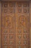 Porte en bois découpée de temple hindou Photographie stock libre de droits