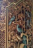 Porte en bois découpée fleurie de Balinese antique Photographie stock libre de droits