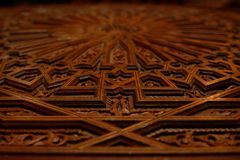 Porte en bois découpée par arabesque marocain image stock