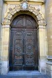 Porte en bois d'église paroissiale de St Publius dans Floriana, Malte image libre de droits