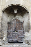 Porte en bois d'entrée principale du palais papal à Avignon, France photographie stock libre de droits