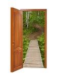 Porte en bois d'Unclosed avec une sorte sur un chemin en bois dans un birchwood Photo stock