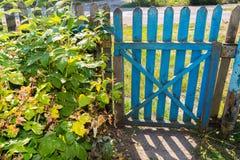 Porte en bois dans le jardin Image libre de droits