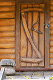 Porte en bois dans une vieille maison Images stock